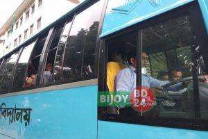 বাস চালিয়ে আনুষ্ঠানিকভাবে উদ্বোধন করেন কুবি'র ভিসি প্রফেসর ড.মো. এমরান কবির চৌধুরী